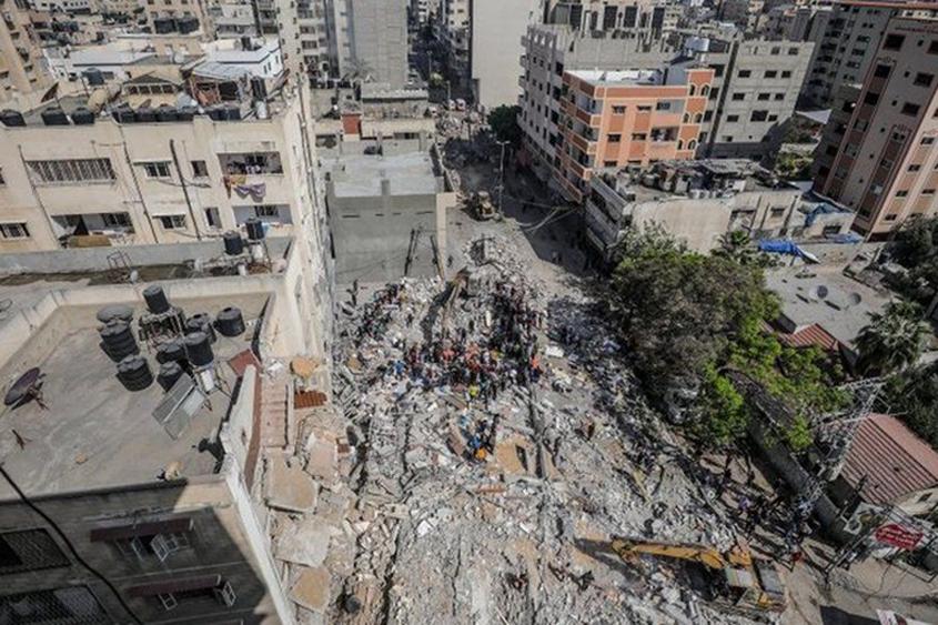 Israeli air strikes target Hamas leader