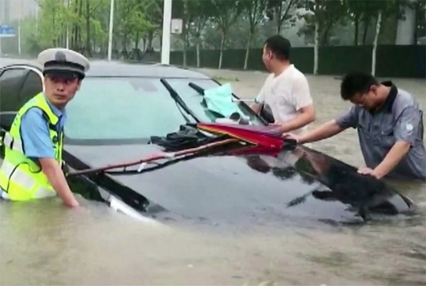 Subway passengers in China stuck during flooding
