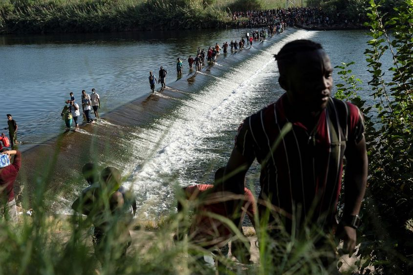 Over 10 000 migrants sleeping under Texas bridge